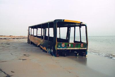 Autob�ºs encallado en el mar